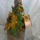 Ръчно декрирани бутилки с текстил и цветя от естествена кожа