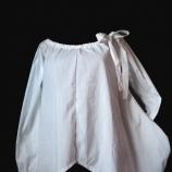 Бяла блуза с джобове