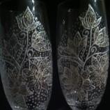 Ръчно декорирани чаши за вино и шампанско .