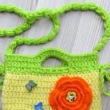 Плетена детска чантичка украсена с мъниста от дърво
