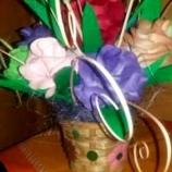 Кошници с цветя от хартия и розови листа