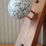 Закачалка махагон, мед и камък /ръчна изработка/
