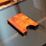 Дървено калъфче за визитки и банкови карти.