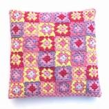 Цветна възглавница на една кука