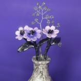 Ваза с лилави цветя