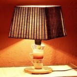 Интериорна лампа с оригинална основа от чашки за кафе.