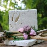 Декорация с естествен камък и сухи цветя.