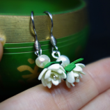 Нежни обици с бели цветя и перла