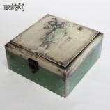 Кутия - Момиче в зелено