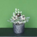 саксийка с цветя от камъни