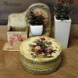 Къргла кутия - винтидж цветя и каменна дантела