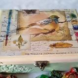 Дървена кутия с птица