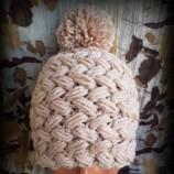 Оригинални плетени шапки в различни цветове.
