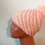 Ръчно плетена шапка с ефектна визия