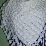 Бял триъгълен шал изплетен на една кука
