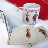 Чаша и тефтерче с български носии